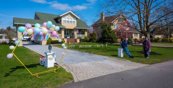 house in brightwaters with birthday fanfare in front of driveway
